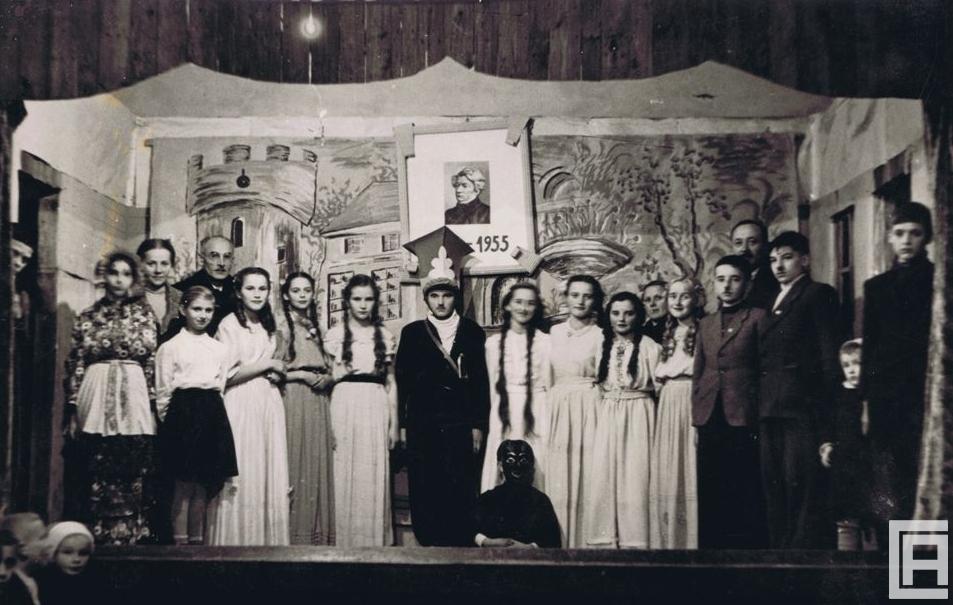 Grupa aktorów na scenie. Fotografia archiwalna